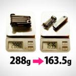 自転車用の携帯工具・マルチツールの重さを比較している写真