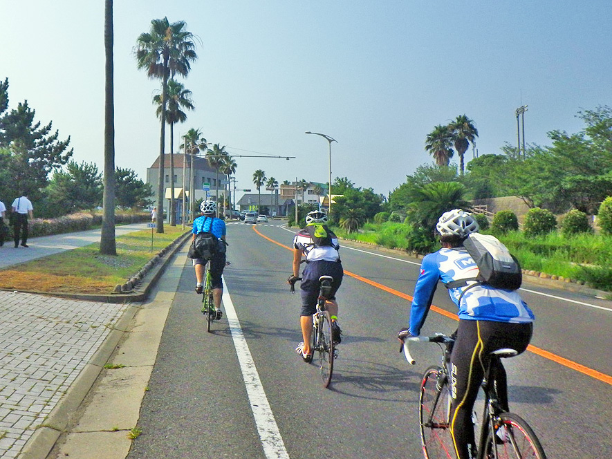 ロードバイクでロングライド(長距離サイクリング)を楽しむ様子