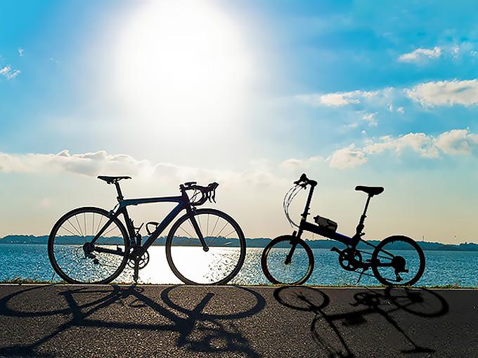 ミニベロとロードバイクを並べて比較している写真。