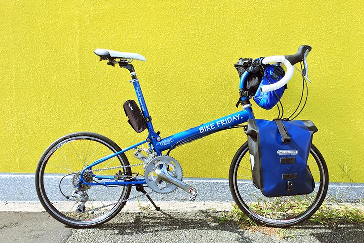自転車に大きめのバッグが装着されている様子の参考写真。サイドバッグ、フロントバッグが装着されている。