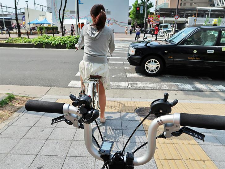 大阪の街中をポタリングする様子