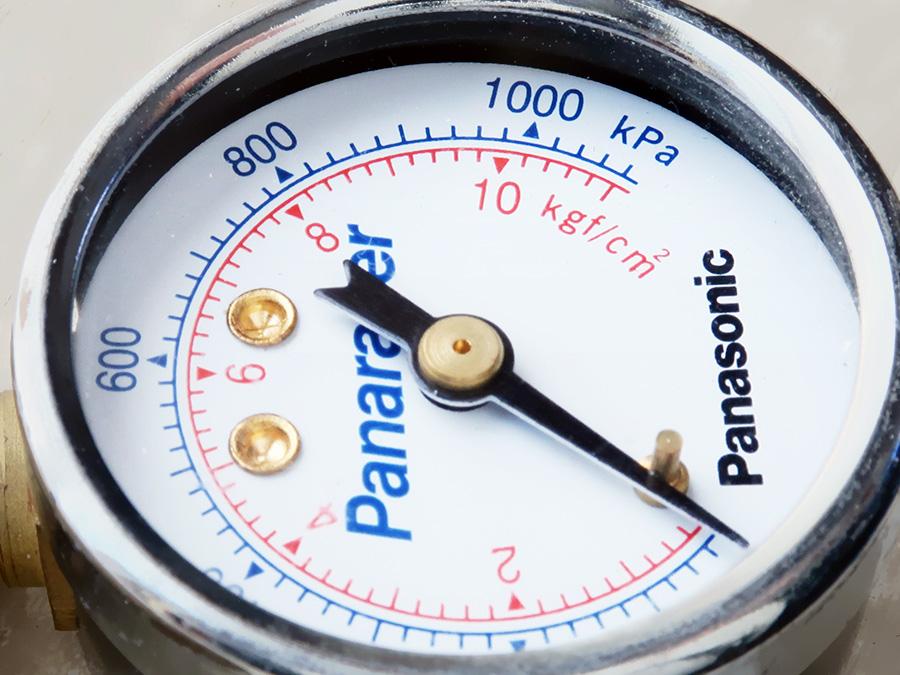 自転車用のタイヤ空気圧計の写真。複数の単位が表示されている。