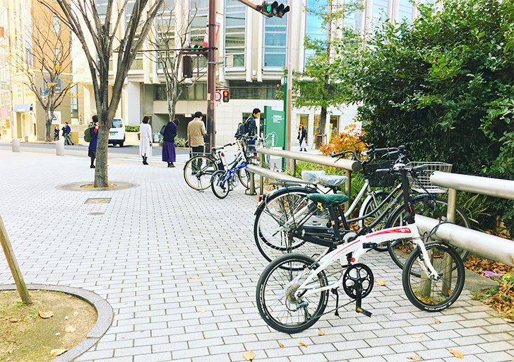 歩道上に駐輪された自転車