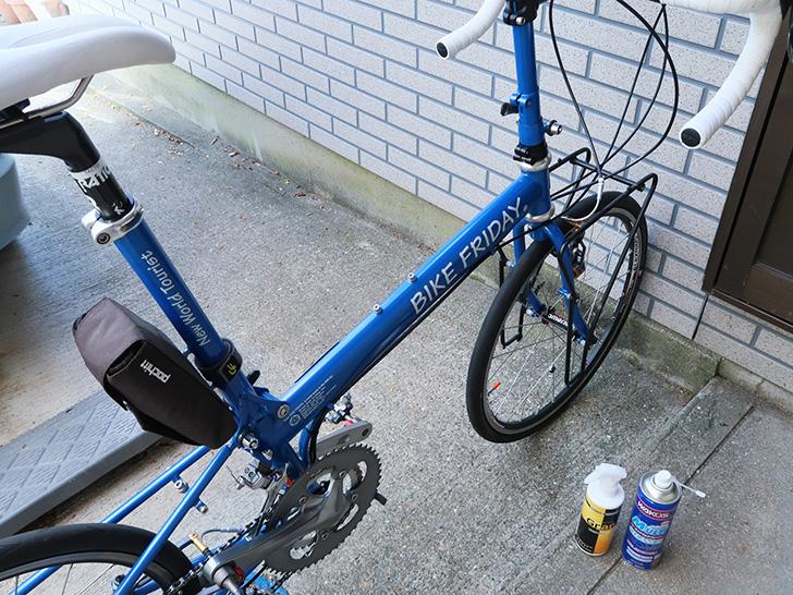 自転車をお手入れする様子