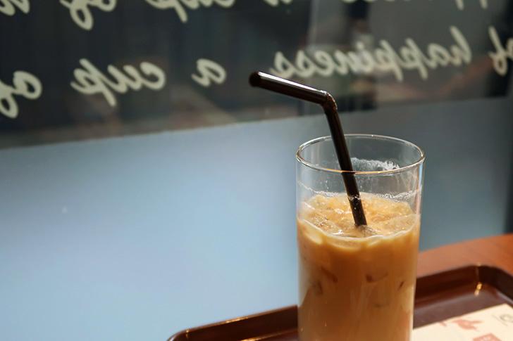 カフェ店内、アイスコーヒーの写真