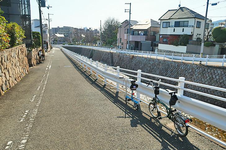 都賀川沿いの道