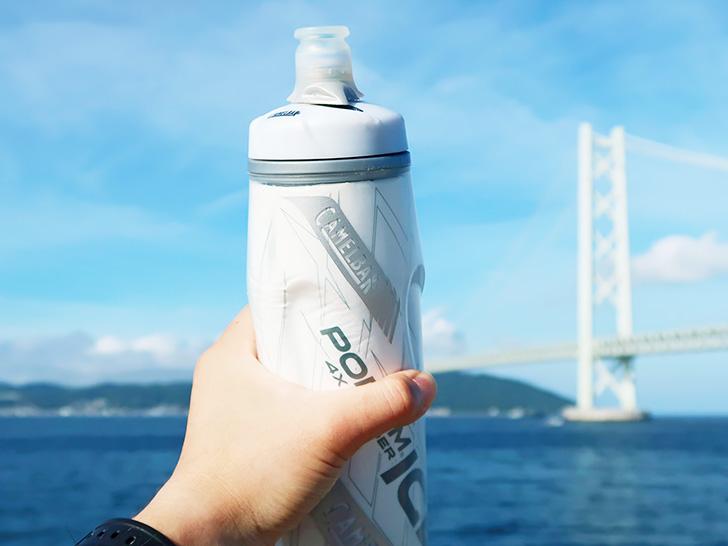 サイクルボトルを持って水分補給する様子