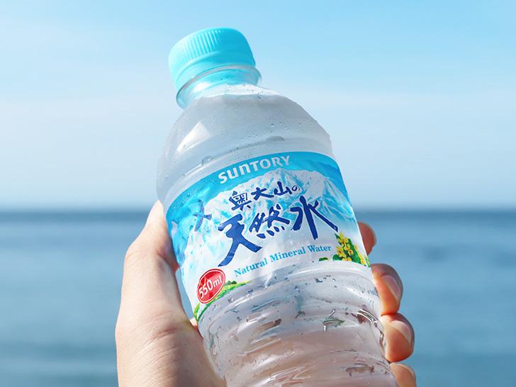 ペットボトルの水を手で持っている様子