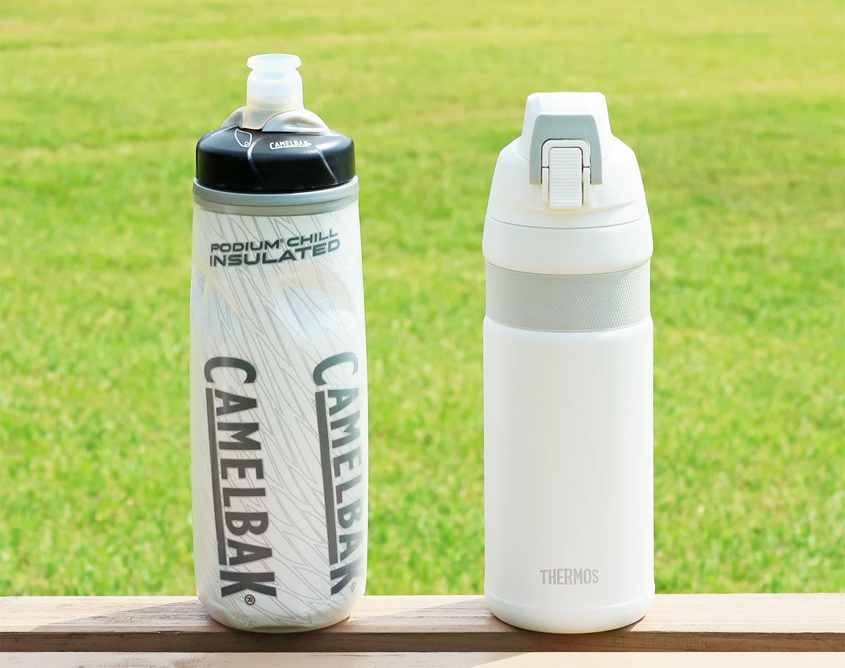 自転車のボトルケージに収納できる魔法瓶「サーモスFJF-580」と通常のサイクルボトル「キャメルバック・ポディウムチル」を並べた写真