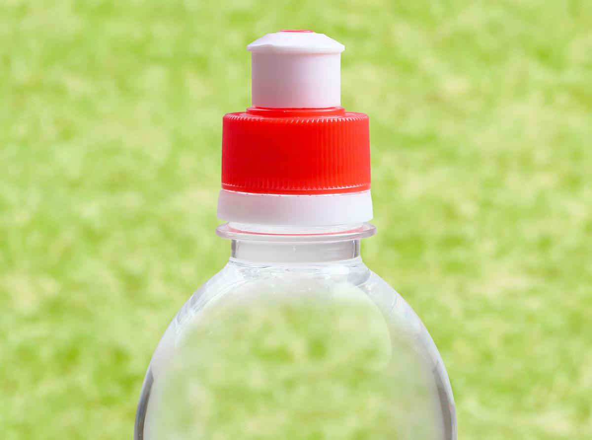 「TNIの飲み口キャップ」を付けたペットボトルの写真