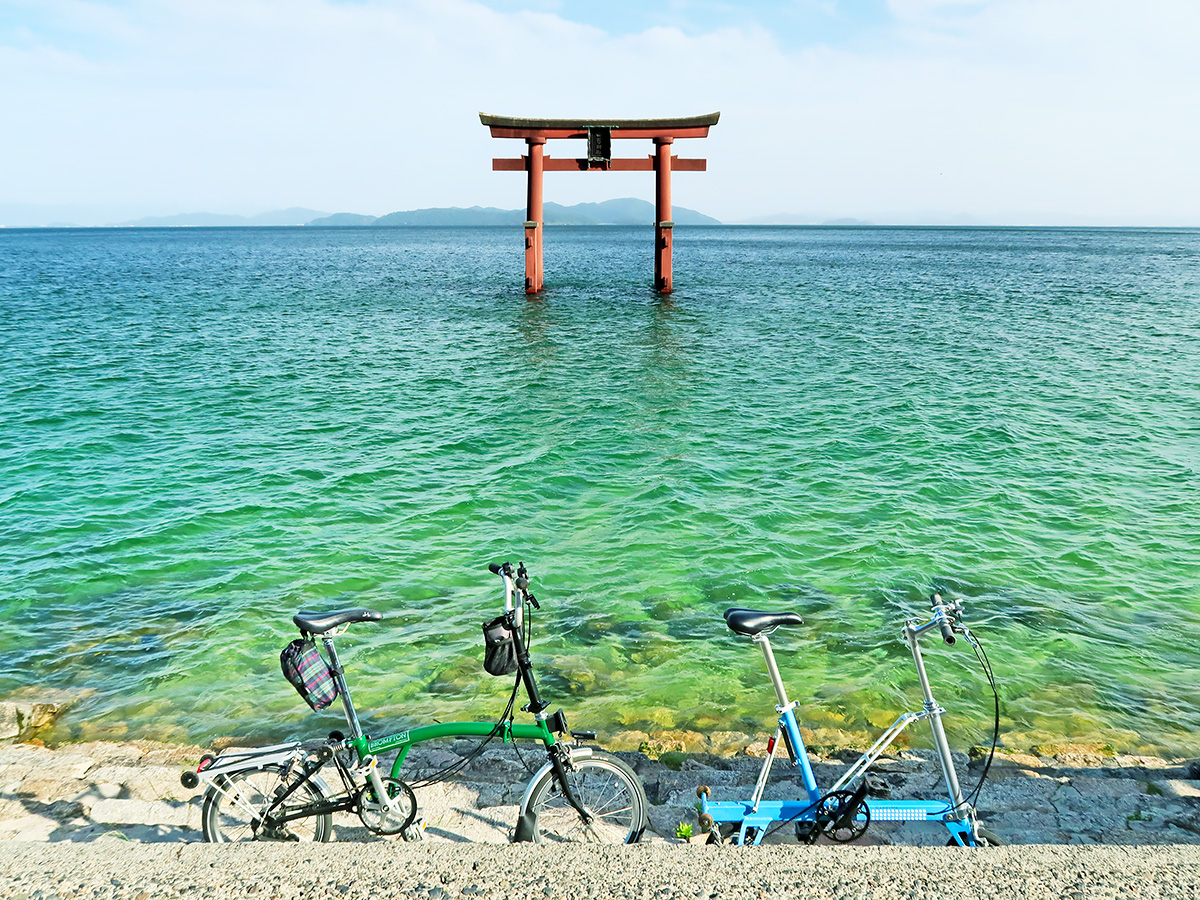 白髭神社の湖中大鳥居がある風景