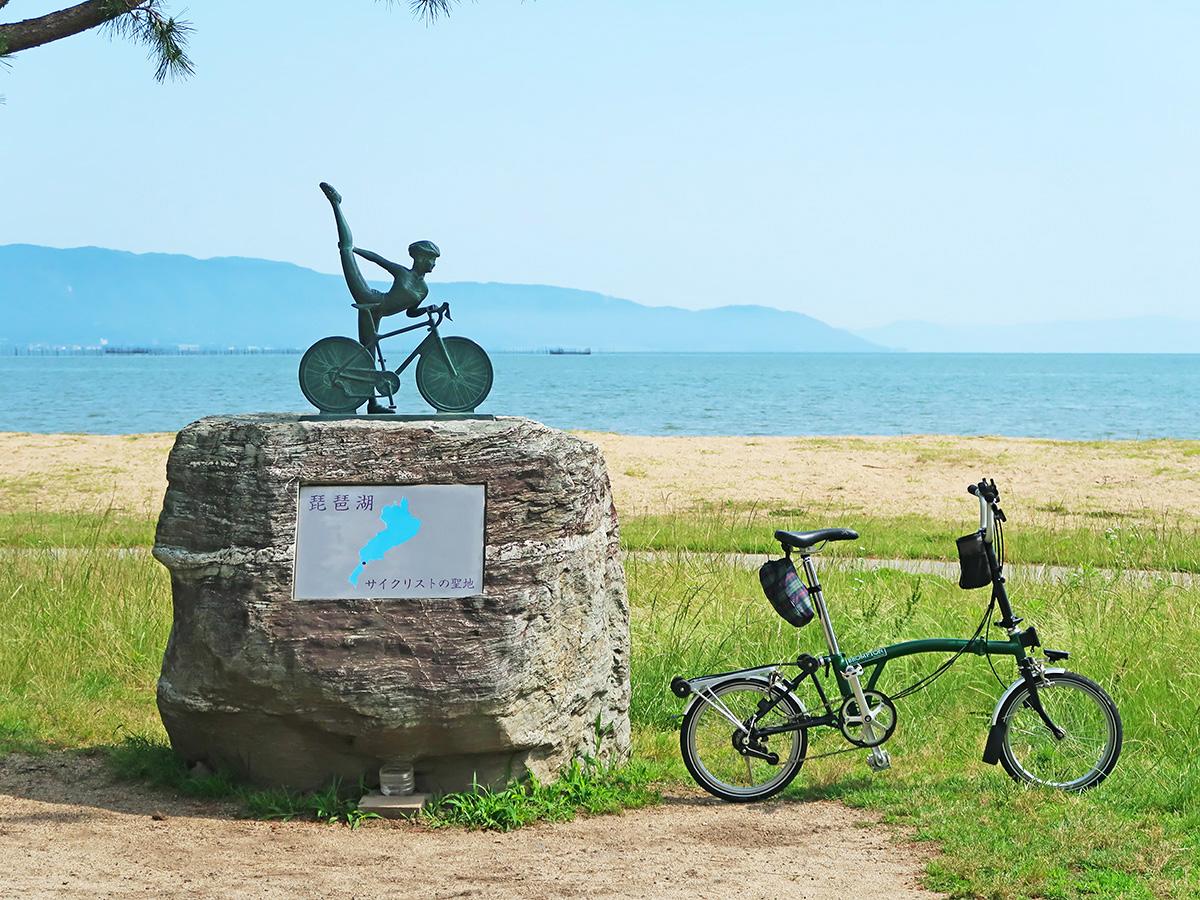 琵琶湖サイクリストの聖地碑と自転車を写した写真