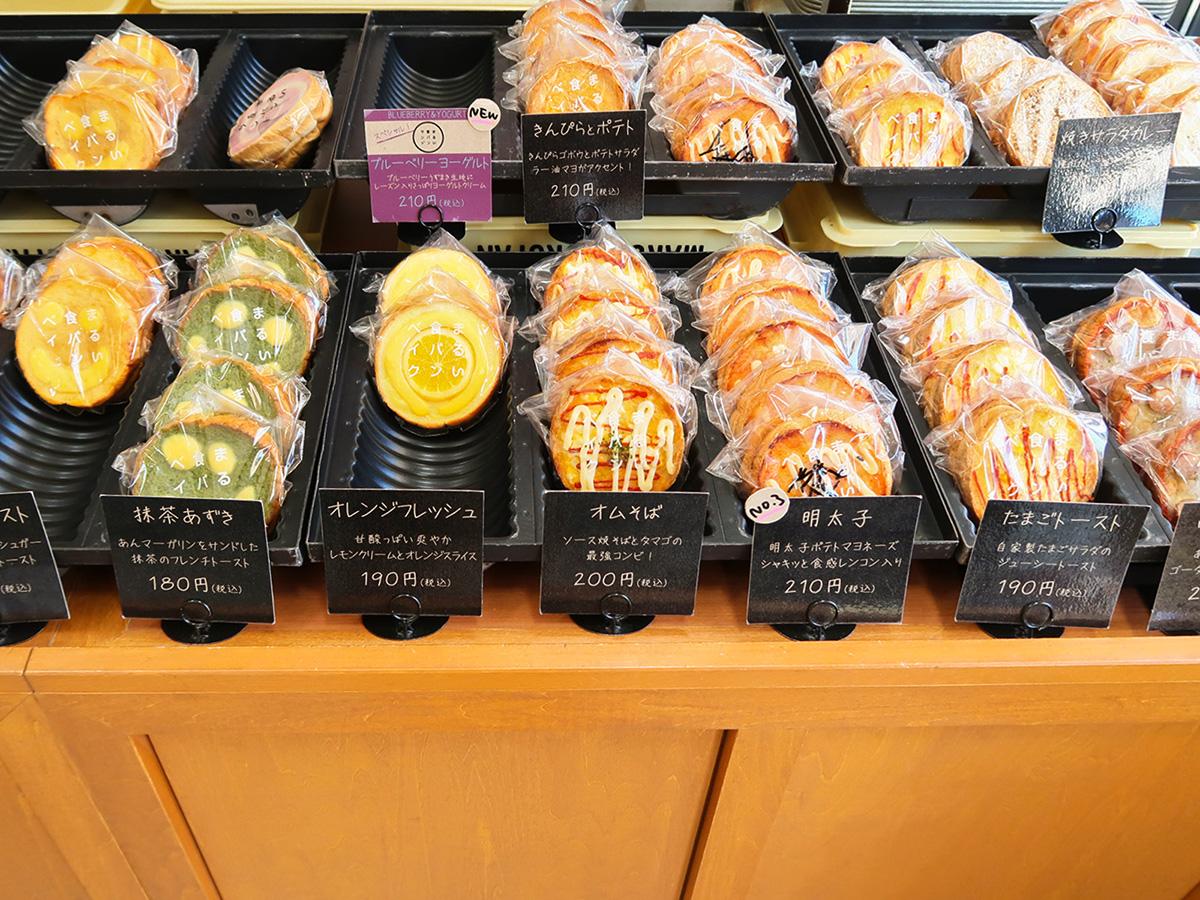 つるやパン「まるい食パン専門店」の店内、サンドウィッチが並べられている様子