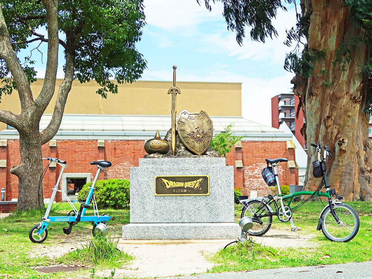 ドラゴンクエスト誕生30周年記念碑と自転車の写真