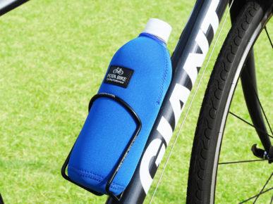 「POTABIKEペットボトルカバー」を装着したペットボトルが自転車のボトルケージに収納されている写真