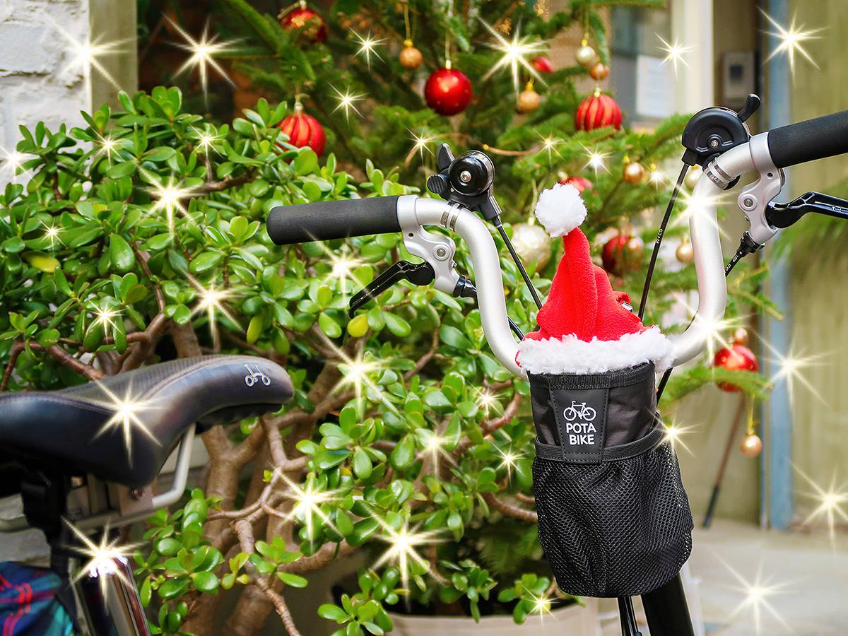 折りたたみ自転車ブロンプトンにクリスマスのサンタ帽を装着した様子