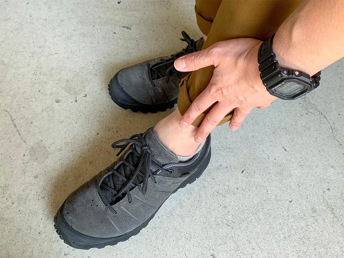 軽い捻挫を起こしている左足首の写真