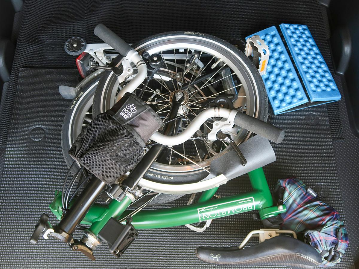 折りたたんだブロンプトンを車の荷室に積んだ様子
