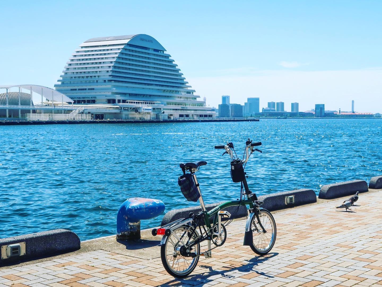 神戸港の風景、青い海とメリケンパークオリエンタルホテルが見える
