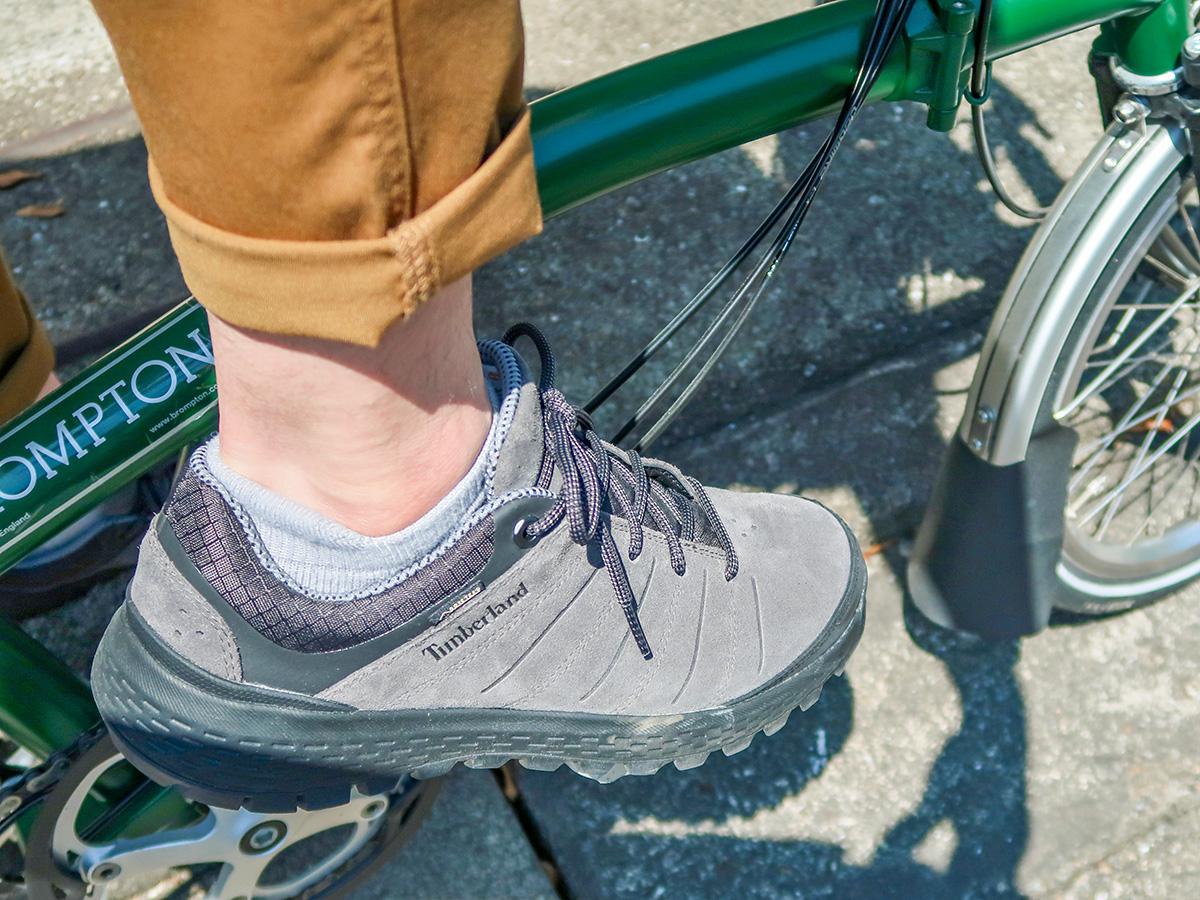 ブロンプトンのペダルに足を乗せた様子