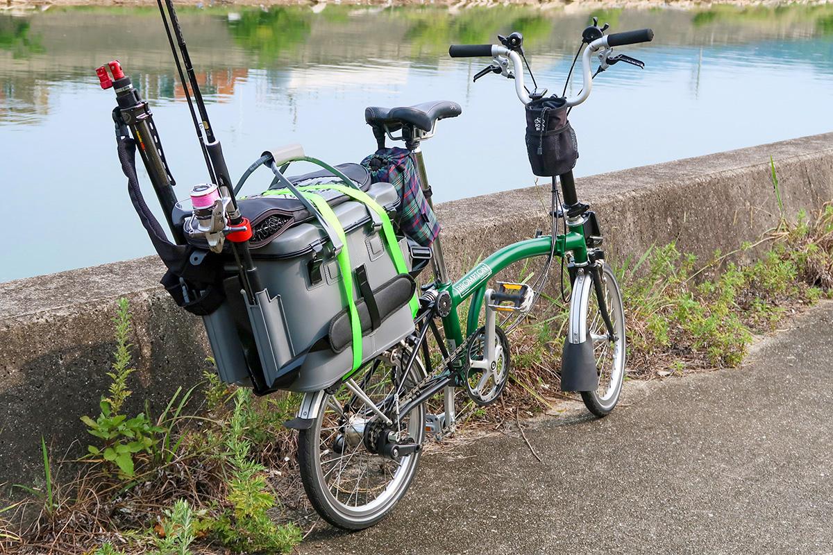 折りたたみ自転車ブロンプトンに釣り道具を積んだ写真