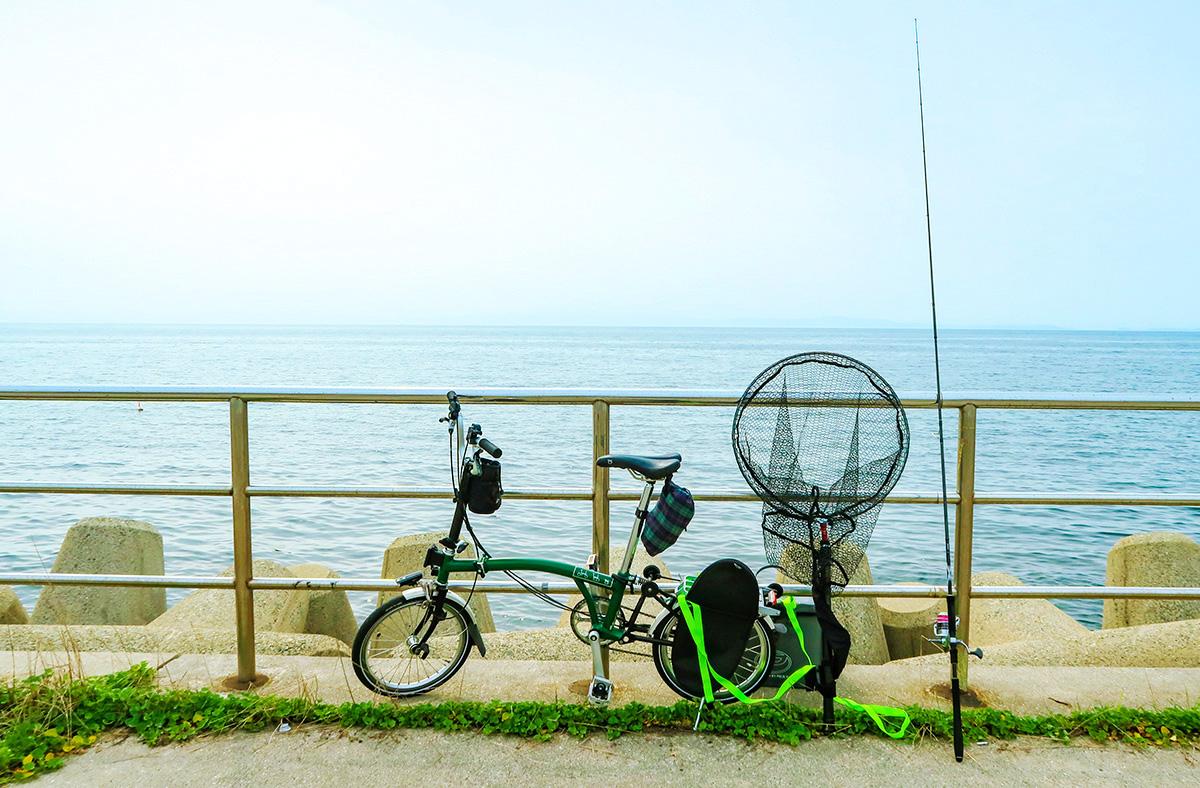 折り畳み自転車ブロンプトンと釣り道具を並べた写真