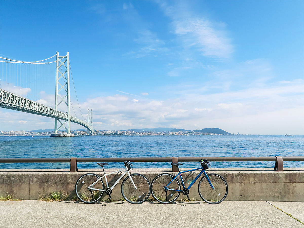 明石海峡大橋が見える風景をバックに撮影した自転車の写真