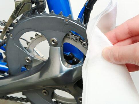 自転車のお手入れに使い捨てウエスを使用する様子