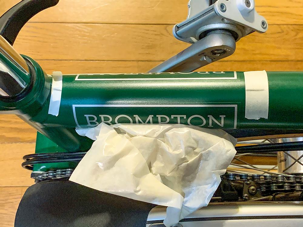 ブロンプトンのフレームに新しいステッカーを貼り付けている様子