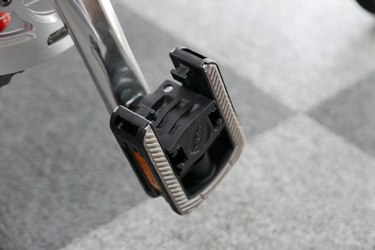 ダホンD-Zeroの純正ペダルが折り畳まれた状態の写真