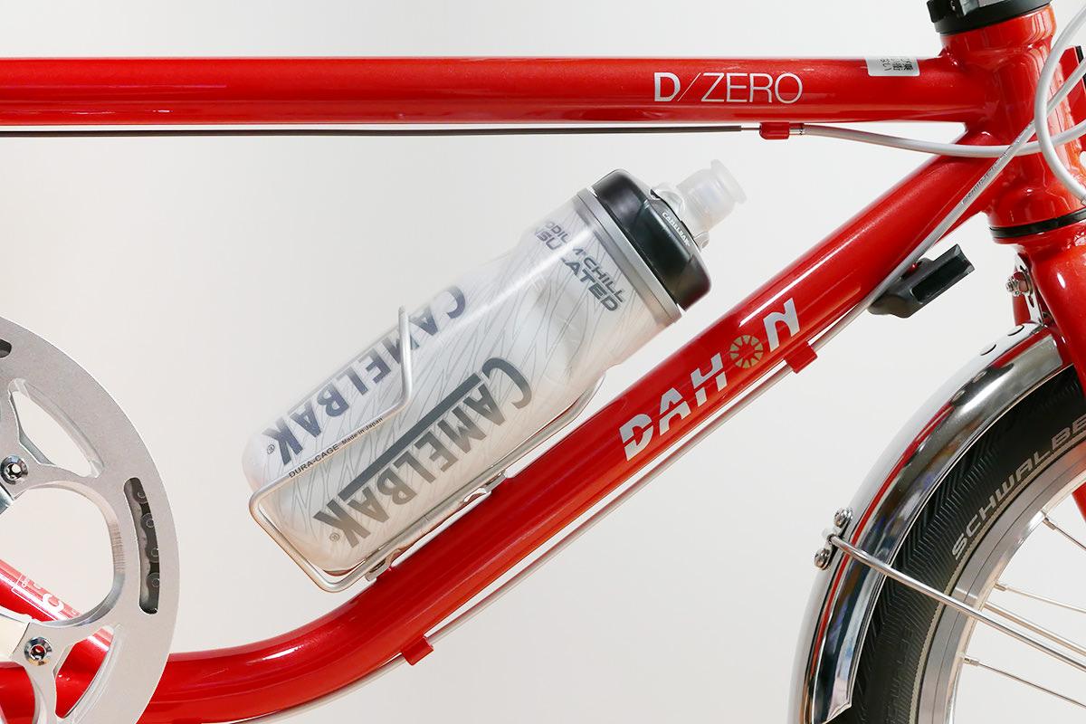 ダホンD-Zeroの「ボトルケージ台座」にボトルケージとボトルが装着されている写真