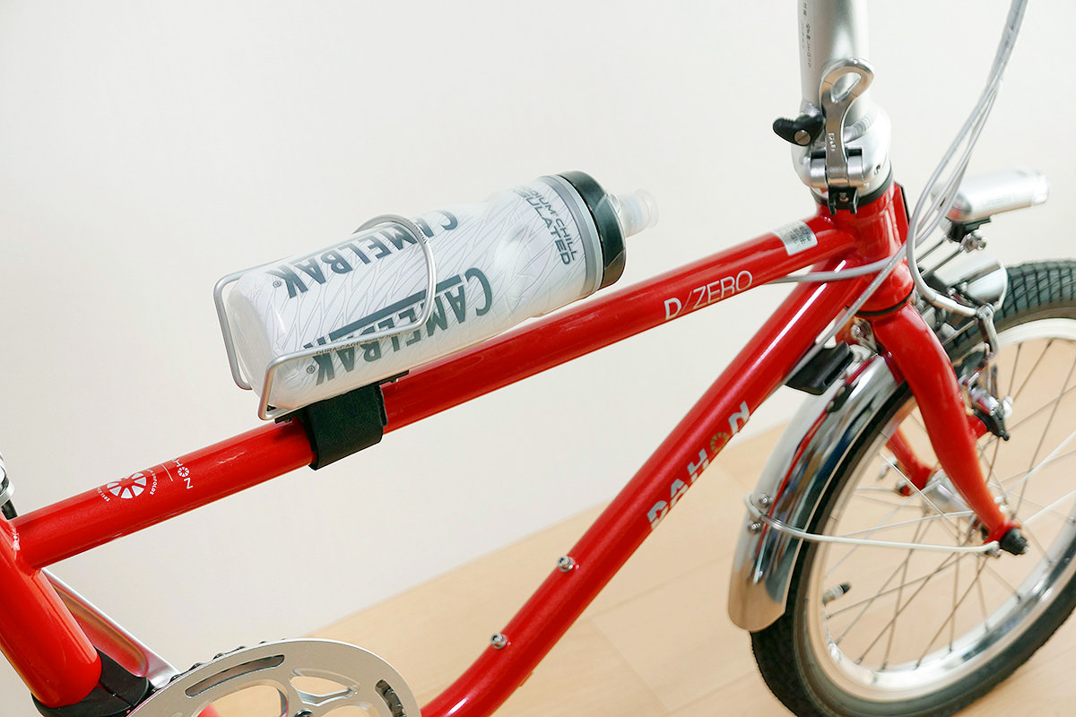 ダホンD-Zeroのトップチューブに「どこでもケージホルダー」を介してボトルケージが装着されている写真