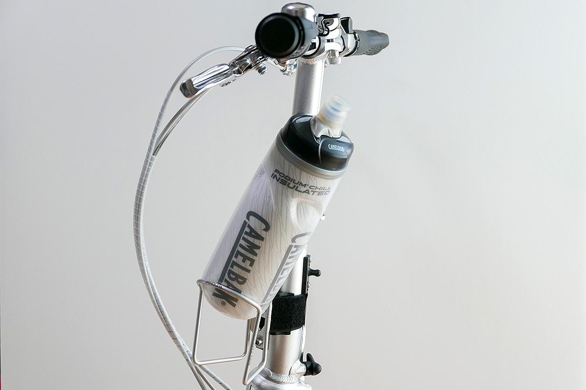 ダホンD-Zeroのステムライザーの下部・左前側に装着されたボトルが、問題なく出し入れできることを示した写真