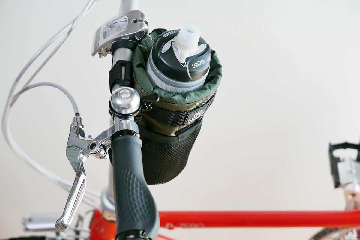 ダホンD-Zeroのハンドル付近に「POTA BIKE ハンドルステムポーチ2」が装着され、ボトルが収納されている写真