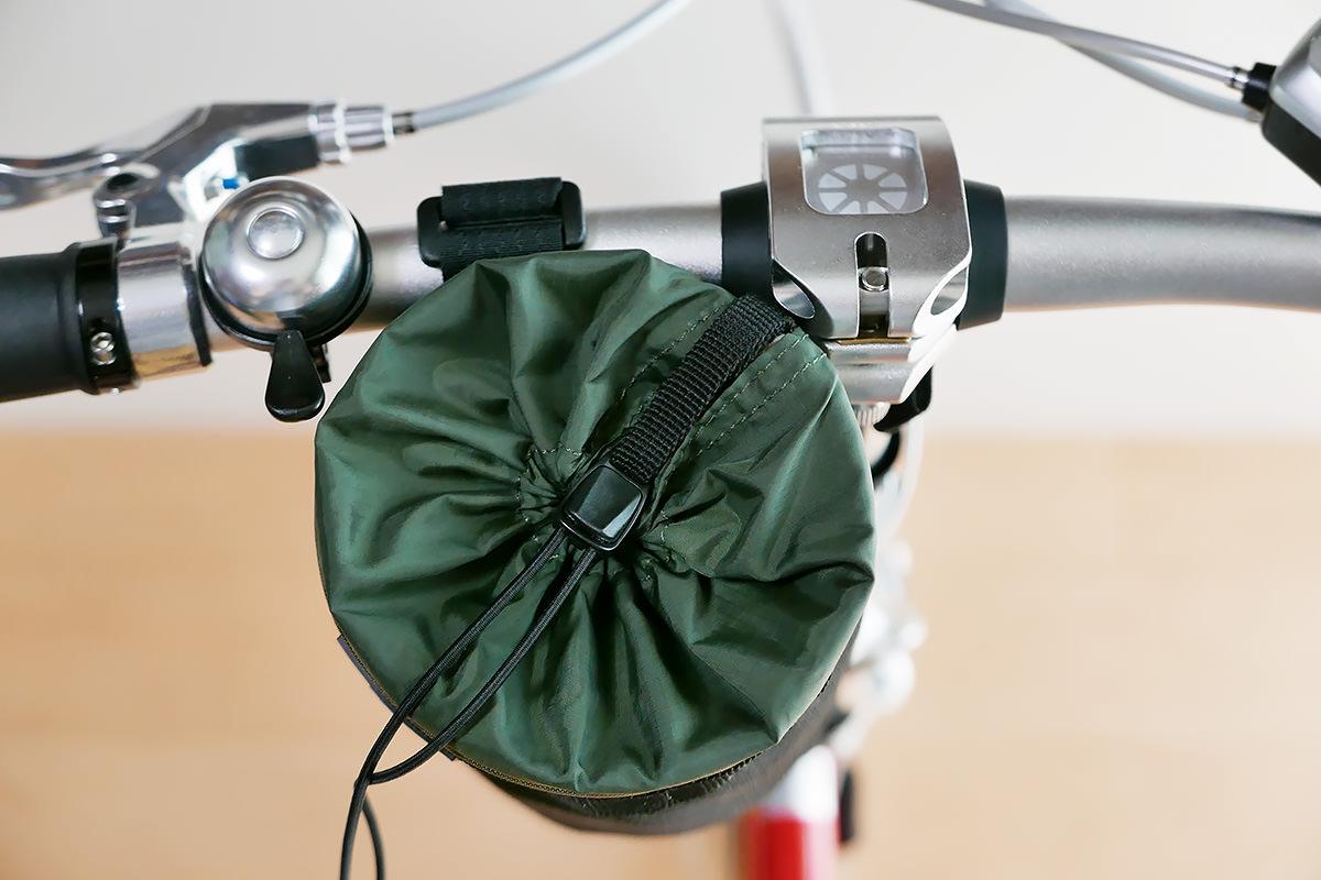 ダホンD-Zeroのハンドル付近に「POTA BIKE ハンドルステムポーチ2」が装着されている写真