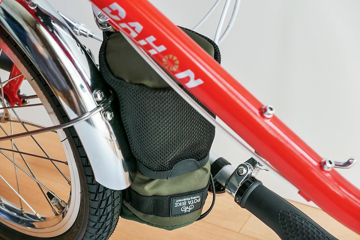 ダホンD-Zeroのハンドルを折り畳んだ時、「POTA BIKE ハンドルステムポーチ2」とタイヤが接触しているが、問題がないことを示す写真