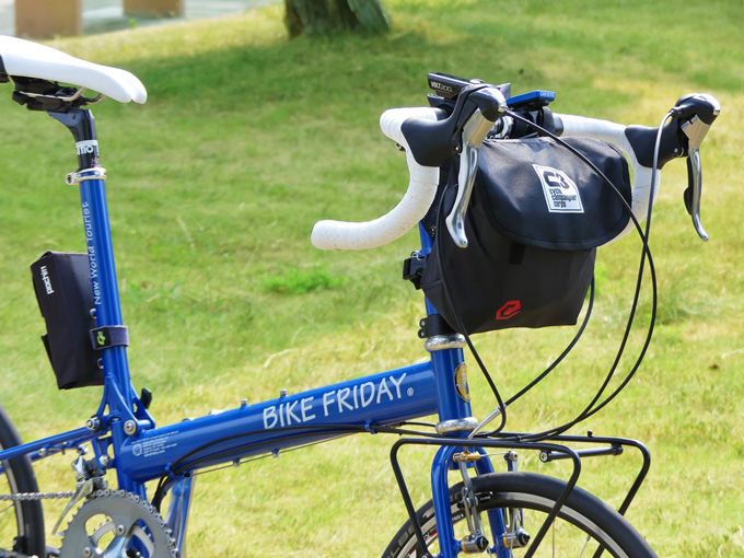 フロントバッグ「シースリーショルダーS」が折り畳みミニベロ「バイクフライデー・ニューワールドツーリスト」に装着されている写真。