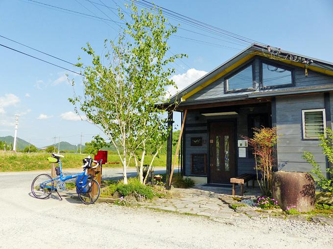 カフェ&ギャラリー「うわのそら」の店舗外観の写真。何も無い田園風景の中にポツンとお店だけがある。