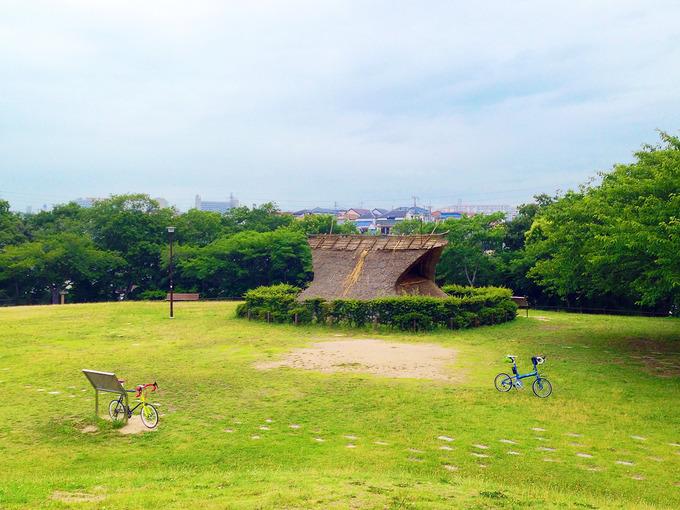 鮮やかな緑色の草が生い茂る広場にぽつんと、2台の自転車が少し距離を置いて停められている。