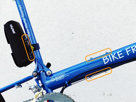 バイクフライデーの折り畳みミニベロ「ニューワールドツーリスト」のフレームを真横から見た写真。メインフレームの上面と下面、そしてシートマストの後ろ側の合計3箇所にボトルケージ装着用のボルト穴があり、銀色のボルトがはめられている。