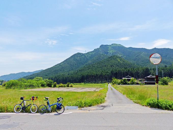 田舎道の写真。田園風景の中に2台の自転車、「ニューワールドツーリスト」と「コメットR」が停められている。