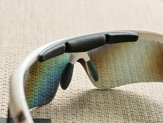 白いサングラスフレームの中央裏側部分に、横に長いクッションのような部品が付いている。