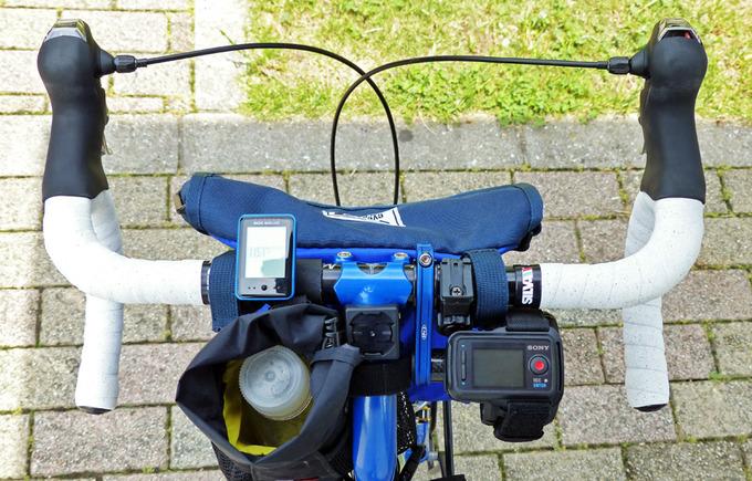 自転車のハンドルにソニーアクションカムのライブビューリモコンが装着されている写真。ハンドル上にはその他のアクセサリも問題なく一緒に装着されていることがわかる。