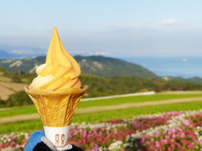 「びわミックスソフトクリーム」の写真。