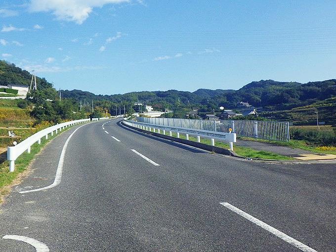 「富島」付近の坂道の写真。山側へと上り坂が続いている。