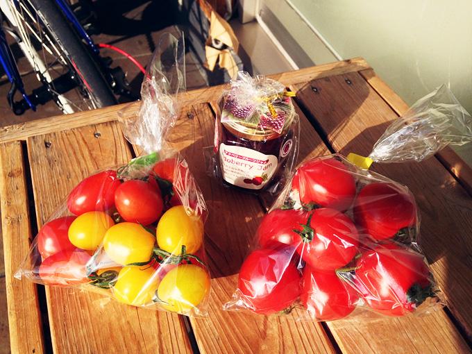 瓶詰めの「アドベリージャム」と袋に入ったたくさんの「ミニトマト」が並べられている写真。