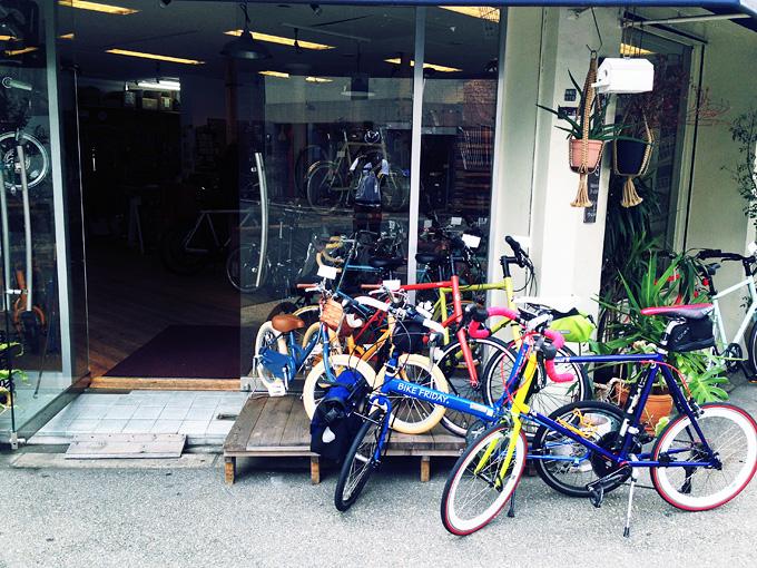 大阪の南堀江にある自転車屋さん「ヴェロライフ・アンプ」の店舗入り口の写真。商品の自転車が何台か並べられていて、その前に筆者の自転車「バイクフライデーのニューワールドツーリスト」と、友人の自転車「コメットR」が停められている。