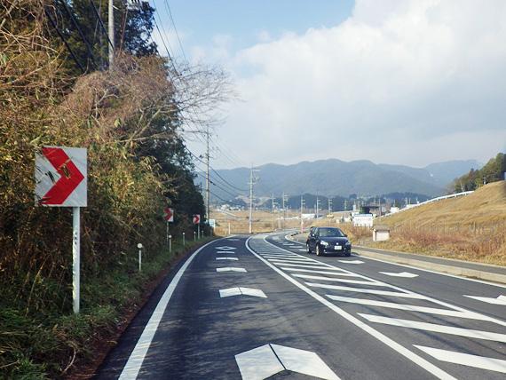 滋賀県大津市内の国道477号線(レインボーロード)の写真。緩やかな勾配とカーブになっている。