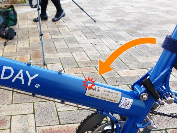 バイクフライデーの折り畳みミニベロ「ニューワールドツーリスト」のシートマストを折りたたむとネームプレートに接触することを示した写真。