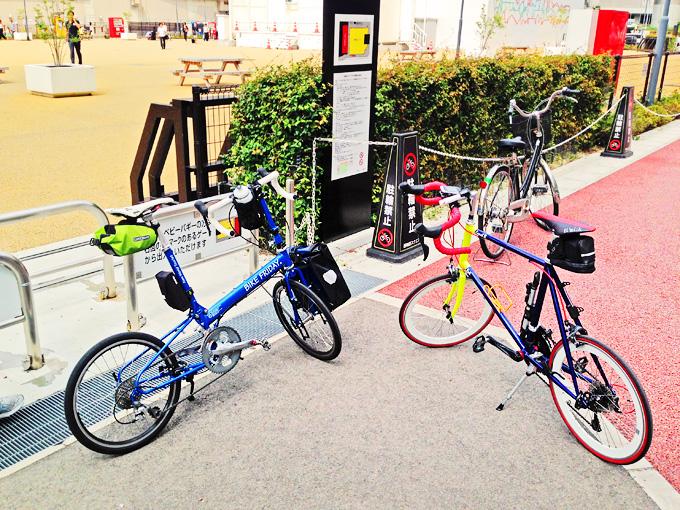 大阪中央郵便局前の広場の入り口に、2台の自転車「ニューワールドツーリスト」と「コメットR」が停められている写真。